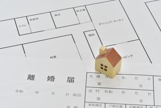 離婚後も同居していたが住民票の住所を別にしていた元妻の遺族年金受給が認められた事例